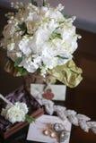白色小花铃兰婚礼花束在女孩的手的 库存照片