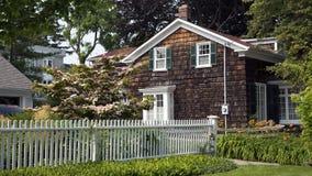 白色尖桩篱栅和村庄 库存图片