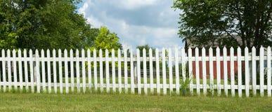 白色尖桩篱栅横幅全景 免版税库存图片