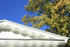 白色屋顶和蓝天 免版税库存图片