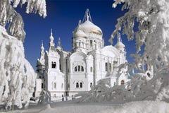 白色山的白色寺庙 库存图片