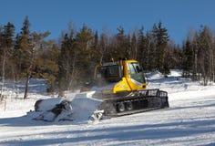 白色山,俄罗斯- 2016年3月10日:Snowcat照片在滑雪胜地白色山轨道的  库存图片