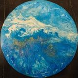 白色山,液体丙烯酸漆背景抽象背景  免版税库存照片