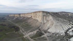 白色岩石和与绿草的一个谷美妙的风景的天线与陡坡的 射击 白色石灰石与 股票视频