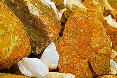 白色岩石和棕色岩石 库存图片