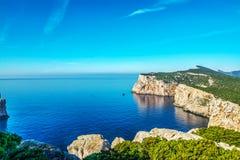 白色岩石和蓝色海 免版税库存照片