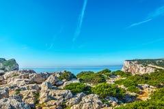 白色岩石和蓝色海 库存图片