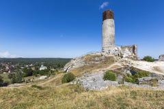 白色岩石和被破坏的中世纪城堡在奥尔什丁,波兰 免版税库存图片
