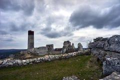 白色岩石和被破坏的中世纪城堡 库存图片