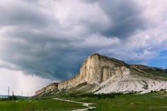 白色岩石在克里米亚 反对多云天空的白色石头 在雨之前 库存照片