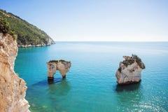 白色岩石在海, Gargano国家公园,意大利 免版税库存图片