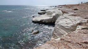 白色峭壁和蓝色海 钓鱼地中海净海运金枪鱼的偏差 塞浦路斯海岸 股票录像