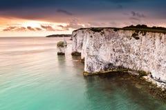 白色峭壁在鲜绿色海 库存照片