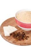 白色巧克力、葡萄干和地面饼干结块 库存照片