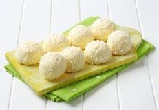 白色巧克力和椰子块菌 免版税库存照片