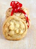 白色巧克力和马卡达姆坚果曲奇饼 免版税图库摄影
