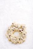 白色巧克力欢乐圣诞节花圈 免版税库存图片