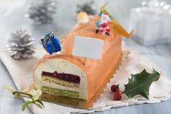 白色巧克力沫丝淋圣诞柴,充塞用莓纯汁浓汤 免版税库存照片