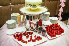 白色巧克力涮制菜肴用在一个经典婚礼的草莓 库存图片