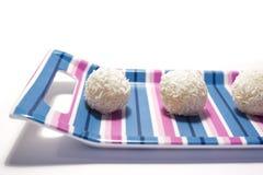 白色巧克力球用椰子 免版税库存图片