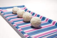 白色巧克力球用椰子 免版税图库摄影