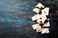 白色巧克力用榛子和蔓越桔 免版税库存照片
