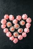 白色巧克力草莓块菌和桃红色蛋白甜饼 免版税库存图片