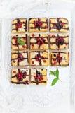 白色巧克力莓果Blondies 免版税库存图片