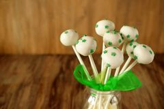 白色巧克力蛋糕流行与绿色星 免版税图库摄影