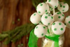 白色巧克力蛋糕流行与绿色星 免版税库存图片