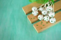 白色巧克力蛋糕流行与绿色星 免版税库存照片