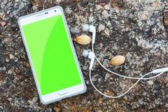 白色巧妙的电话鸟瞰图有黑色的隔绝了屏幕和 免版税库存照片