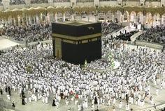 白色布料的回教香客在Makkah,沙特阿拉伯 图库摄影