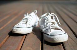 白色帆布鞋 免版税库存图片