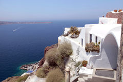 白色希腊手段房子和爱琴海,圣托里尼,希腊 图库摄影