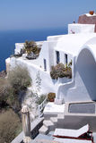 白色希腊手段房子和爱琴海,圣托里尼,希腊 免版税图库摄影