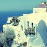 白色希腊手段房子和爱琴海,圣托里尼,希腊 库存图片