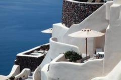 白色希腊阳台手段房子和爱琴海, Oia,圣托里尼 免版税库存照片
