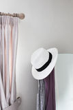 白色帽子卧室 库存照片