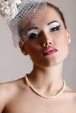 白色帽子的美丽的妇女有面纱和玫瑰减速火箭的魅力的b 库存图片