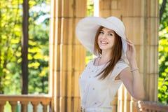 白色帽子的Loughing妇女 库存照片