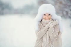 白色帽子自然的圣诞节新年雪冬天美丽的女孩 免版税图库摄影