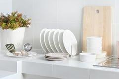 白色干净的柜台在有器物的厨房里 免版税库存照片