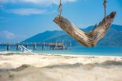 白色平静沙子海滩木的摇摆放松美丽的海 热带海滩为夏天和假期 库存照片