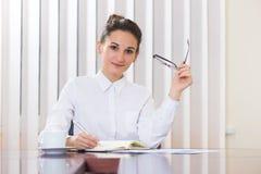 白色开会的少妇在桌上 免版税库存图片