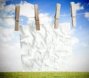 白色弄皱了在洗衣店线垂悬的纸 免版税图库摄影