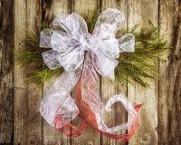 白色弓圣诞节花圈 免版税库存照片