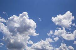 白色形状的云彩在蓝天在白天 库存图片