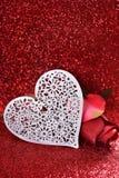 白色心脏和在红色闪烁背景上升了 库存图片