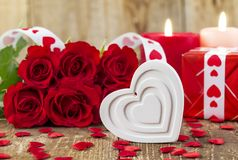 白色心脏形状在英国兰开斯特家族族徽前面花束的  库存图片